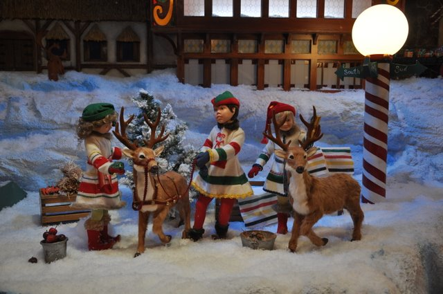 Perfect Christmas window decorations at The Bay department store Photos 640 x 425 · 69 kB · jpeg